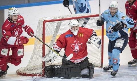 Keeper og bergenser Steffen Skjold Fløholm bor i Narvik, men spiller kamper for BIK. Ifølge Fløholm er det klubben som betaler for flybillettene.