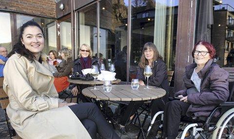 Nina Sørensen, Inger-Johanne Brautaset, Anne-Britt Lerøy og Laila Aas Birkeland koste seg med blåskjell og hvitvin på USF Verftet onsdag kveld. FOTO: BENTE-LINE SVELLINGEN