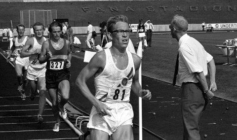 Friidrettsstjerne: Arne Risa var en norsk og bergensk friidrettshelt,                                  den gang friidrett var folkesport. Her er Gular-løperen på vei inn til seier på 10–000 meter under NM på Fana Stadion i 1969. Tidligere i karrieren var det 3000 hinder som var spesialøvelsen, men i oppveksten i Hødden var det langrenn og fotball som gjaldt!arkivfoto: NTB scanpix
