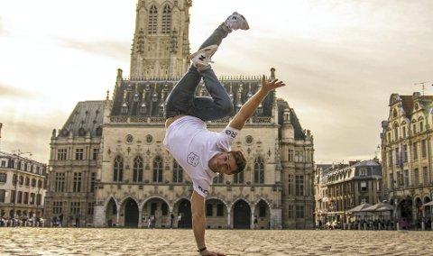 Daniel Grindeland har holdt på med breakdance siden 2005. I 2014 kom han til finalen i «Norske Talenter», og endte på andre plass.