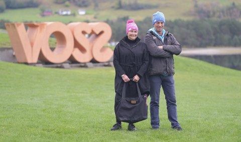 Strikker Kari Anne Veka og Leif Haugo Stavenjord, som var med i Farmen, skal selge strikkeluer til inntekt for saken. Foto: Bjørn Senderud/Fotograf Senderud