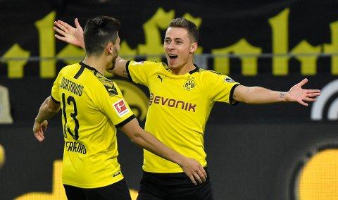 Thorgan Hazard (t.h.) feirer scoringen sin mot Wolfsburg sammen med lagkameraten Raphael Guerreiro. Vi tror på flere Dortmund-mål i kveld. (AP Photo/Martin Meissner)