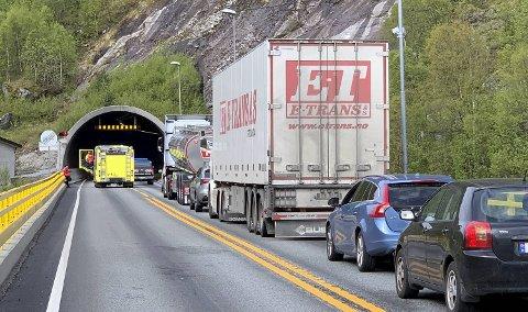 Det er lange køer for andre dagen på rad etter at Masfjordtunnelen ble stengt tirsdag formiddag.