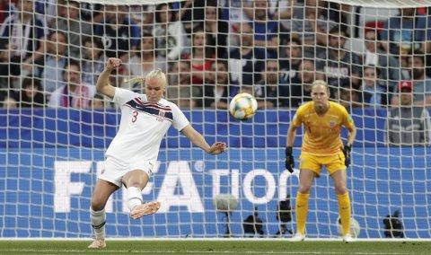 Maria Thórirsdóttir var uheldig på 1-0 målet. Og selv om Norge fikk en gavepakke på 1-1, var det de franske VM-favorittene som til slutt kunne juble i Nice i går. Video-dømming (VAR) måtte brukes, og de fikk til slutt straffen som ga dem 2-1. foto: NTB scanpix