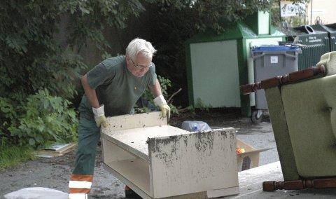 I mai valgte Bir å fjerne returpunktet i Søndre Skogvei grunnet massiv forsøpling i mange år. Her fjerner en Bir-kontrollør møbler som er dumpet ved returpunktet i Søndre Skogvei. FOTO: ARKIV