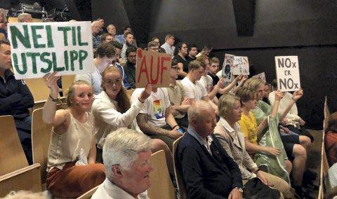 Grønn ungdom og AUF stilte med rundt 15 personer under Spørretimen på Litteraturhuset torsdag kveld. De krevde svar angående Folkeaksjonens klimapolitikk.
