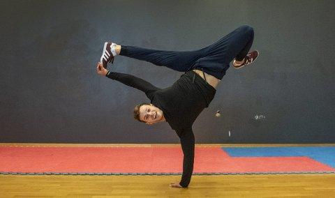 Daniel Grindeland kom nylig tilbake fra Kina, hvor han deltok på VM i breakdansing. Grindeland trener omtrent hver eneste dag, i perioder flere ganger om dagen. FOTO: Synne F. Bjerkestrand