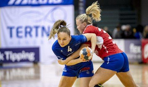 Thea Stankiewicz (t.v.) og Tertnes fikk det tøft mot de regjerende mestrene i Vipers Kristiansand. Likevel var hun optimistisk etter oppgjøret.