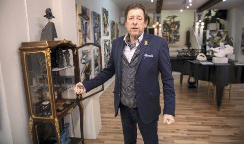 Egill Wendelboe er skuffet over at uærlige sjeler skal ha stjålet en medaljong i sølv under Kulturnatt forrige fredag. Nå strammer han inn egen sikkerhet og strammer opp sin egen naivitet.