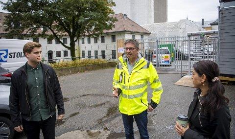 LO og SV vil ha damedasser på alle byggeplasser med flere enn ti ansatte. Dette er i tråd med overenskomst mellom LO og NHO. Nå vil de at Bergen kommune skal ha dette inn i sine anbudsbestemmelser. Fra venstre Andreas Madsen Berg (SV), Jorge Dahl i Unionen fagforening og Fauzia Hussain-Wiik i LO i Bergen og omland.