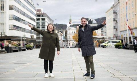 – Bergen bør være flinkere til å vise vei til turistattraksjonene og kulturinstitusjonene, mener Høyres Charlotte Spurkeland og Eivind Nævdal-Bolstad. FOTO: SKJALG EKELAND