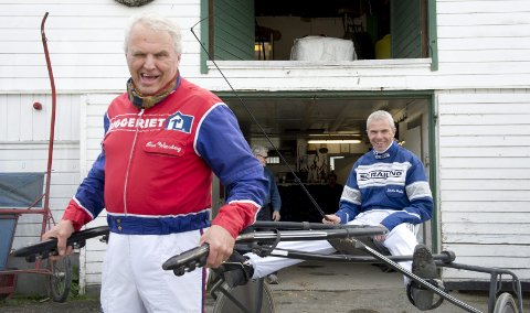Ove Wassberg, her med sønnen Svein-Ove Wassberg på sulkyen, kan igjen glise for aktivitet på travparken. Det blir seks travløp førstkommende mandag. Travsporten har ligget nede grunnet koronaforbud siden 13. mars.