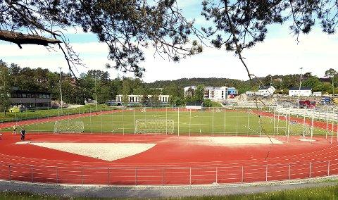 En rekke anlegg i Bergen er lagt til rette for både fotball og friidrett, som her ved Fyllingsdalen stadion. Friidrettsmiljøet ber nå politikerne om å få egne treningstider uforstyrret av fotballspill. Fyllingen Friidrett opplyser til BA at de samarbeider bra med fotballmiljøet på denne banen.