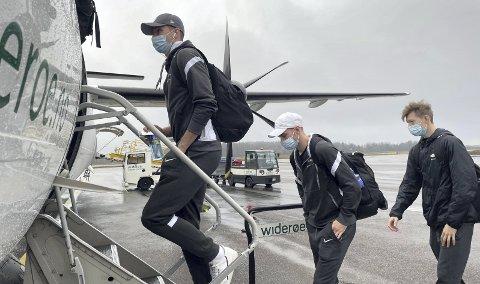 Fredrik Pallesen Knudsen (fremst), Petter Strand og Ole Martin Kolskogen på vei inn på flight WF 415 fra Torp til Bergen mandag ettermiddag.