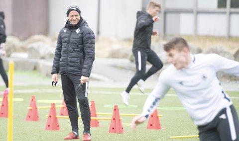 SKAL SAMLE ØYGARDEN: Tommy Knarvik skal ikke bare skape gode resultater på fotballbanen som Øygarden-trener. Han er også nødt til å få strilene til å bry seg om klubben, slik at de blir det flaggskipet samarbeidsklubben ønsker å være. FOTO: MAGNE TURØY