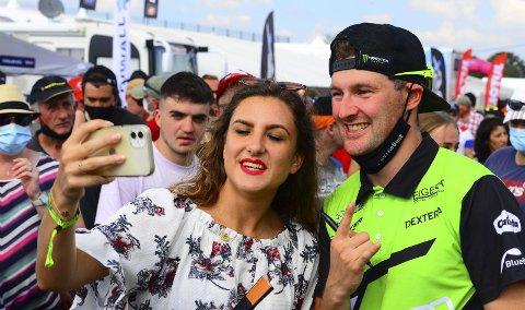 – Jeg ble invitert til en testkjøring i Riga. Så ringte de igjen, og sa kort og greit på gebrokken engelsk: «You come drive European Championships for us». Ok, sa jeg, forklarer en lattermild Andreas Bakkerud.
