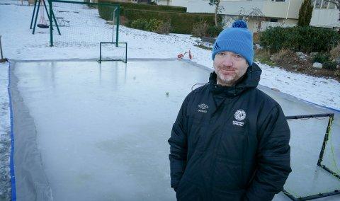 Skøyteklar is: Tom Håland har lagt til rette for vinteraktiviteter i nabolaget på Grødem.