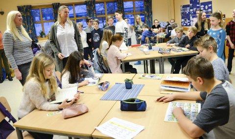 Fullt:  5.- klassen ved Ormåsen skole må noen timer i uka spre seg i to rom, fordi det ikke er plass til alle elevene i samme klasserommet. Det bekymrer Inger Tone Nikkerud (t.v.) og Cicilie Mette-Lund i Utdanningsforbundet.