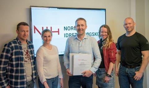 AVTALE: Fra venstre, Truls Raastad (NIH), Cecilie Sælør Fon (Inventura), Knut Ole Kopland (eier av GYM2000 AS), Beate Torset (NIH) og Tron Krosshaug (NIH).
