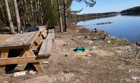 SØPPEL: – Bildene er tatt etter at jeg hadde ryddet litt, forteller Even Skistad, som kom over festplassen da han var på treningstur lørdag formiddag.