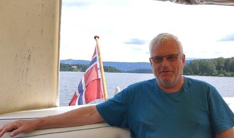 100 METER: - Vi har fått tillatelse til å ligge rundt Utøya, med en grense på 100 meter, sier båtmannen Runar Gulbrandsen.