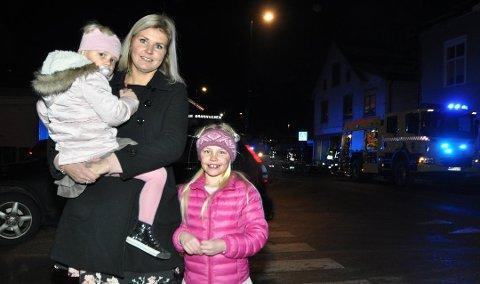 Pernille Ødenes Pandur oppdaget brannen i Åmot lørdag kveld. Her sammen med mamma Margit Ødenes og søsteren Marielle.