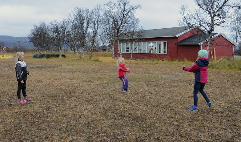 VIL LEGGE NED: Nå er det bare én elev igjen på Veidnes skole. Bildet er halvannet år gammelt og viser Frøya, Aidi og Samanta som spiller «Varm potet» utenfor skolen.