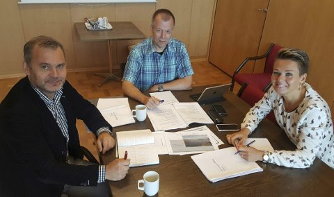 KYSTVEGSAMARBEID: Torsdag var frå venstre Flora-ordførar Ola Teigen (Ap), Bremanger-ordførar Audun Åge Røys (H), og Vågsøy-ordførar Kristin Maurstad (Ap) samla i Svelgen for å diskutere framdrifta for 45-minuttsregionen.
