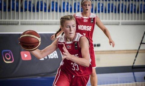 Hanne Løkkebø Nybø er med på jentelaget som gjer ein historisk god innsats i EM i basket for tida.