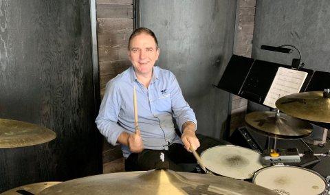 MULTITALENT: Eirik Molnes Husabø er eit musikalsk multitalent, sjølvlært snekkar og mykje meir. No har han realisert Husabula Kulturscene, snekra saman eit flott konsertprogram og trommar inn til festival i helga!