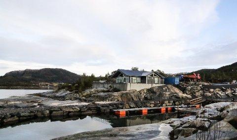 STRID: Denne hytta på Folkestad og området rundt har vore eit stridstema i mange år. No er saka avgjort, og hytteeigaren må rive og reparere alt utanom hytta.