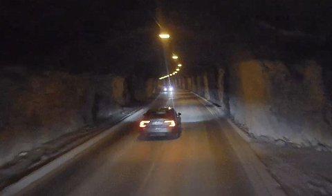 STEIGGJEUNNELEN: Det er nære på når personbilen tek seg forbi det store køyretøyet midt inne i Steiggjetunnelen mellom Øvre og Tangen.