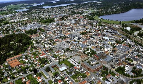 Hans E. Magnussen mener det særlig er østre bydel i Sarpsborg, området til høyre på dette bildet, Rom Eiendom ønsker å få tak i for å tjene penger på eiendomsutvikling.
