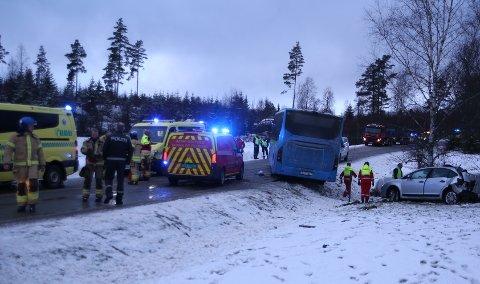ULYKKE: En bil og en buss kolliderte i Marker torsdag. I bilen satt det Fredrikstad-folk.  Fredag meldes det at den åtte år gamle jenta som satt i bilen har omkommet.