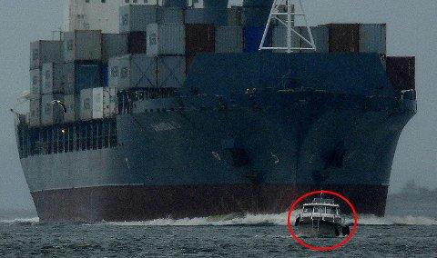Bildene ser dramatiske ut, men snekkeføreren styrte til slutt unna og slapp containerskipet forbi.