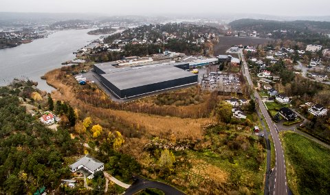 Jøtul disponerer enorme områder på Langøya, ned mot sjøen. Nå trenger bedriften mindre plass.