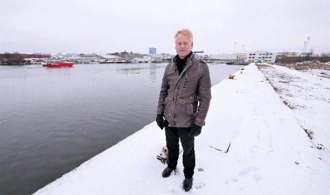 Ser frem til jobben: Johan Edvard Grimstad på tomten ved Vesterelva, hvor det skal bygges ny Frederik II videregående skole, idrettshall og Arena Fredrikstad. (Foto: Øivind Lågbu)