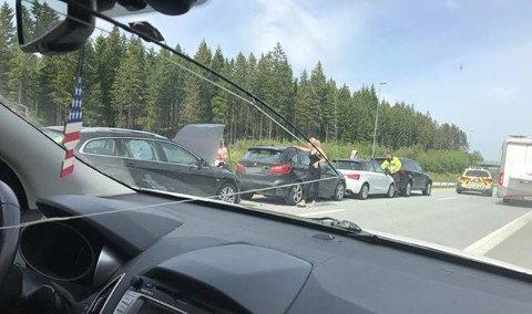 Det var flere biler som kolliderte på E6 tidlig mandag ettermiddag. Foto: Leserfoto