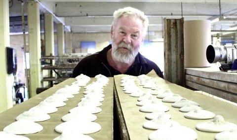 2002: Brystvortene i marmor ble til ved NTP i Fredrikstad. Her viser Jens Hauglin dem frem før brenning.  Foto:Privat