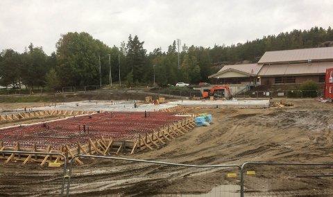 Neste år skal barnehagen på Rolvsøy stå klar. Bygget reiser seg  ved Rolvsøyhallen.