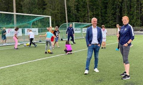 Råde ILs Linda Tofteberg Furuhatt fortalte finansminister Jan Tore Sanner  om idrettstilbudet i årets sommerskole. Regjeringen har i år gitt 500 millioner på landsplan til sommerskolene.