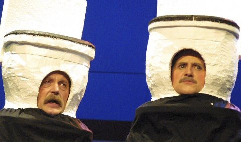 2002: Teaterlaget setter opp revyen «Schnakkes ... samme». Johnny Mobakken (tv) og Torbjørn Benjaminsen spilte sketsjen Alt går i dass.