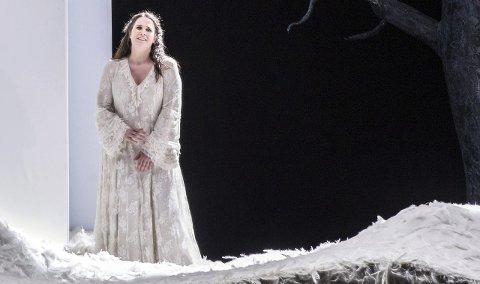Runder av med stil:  Sopranen Nina Gravrok fra Narvik avslutter lørdag sitt toårige engasjement ved Den Norske Opera. At hun har rukket å gjøre seg bemerket er det ingen tvil om, og denne uka ble hun tildelt et soliststipend på 100.000 kroner fra Operaens venner. Bildet er fra Gravroks siste store rolle i Operaen; som Elsa i Wagners «Lohengrin».foto: Operaen