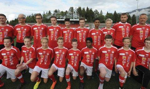 Mjølker g 13 norway cup 2015: Trøya er full av sponsorobjekter som gjør denne turen mulig for 14-årsgutta til Mjølner. (Foto: Kjell Kolsvik