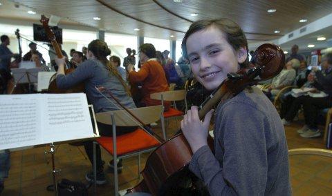Vegard Søraas spiller cello og er yngstemann i orkesteret. (Foto: Jan Erik Teigen)