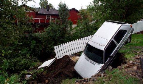 Slik så det ut i 2005: Deler av hagen på Ankenes der denne bilen stod parkert forsvant i løpet av noen timer på grunn av store mengder nedbør. I tillegg skrev Fremover om både veier og hytter som ble ødelagt som følge av været. Arkivfoto: Fritz Hansen
