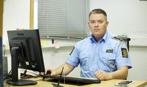 TAKKER FOR HJELPEN: Roger Olderøy i Utrykningspolitiet takker for at bilister melder inn om farlig kjøring. Det bidro til at en råkjører ble stoppet torsdag. Arkivfoto: Kristoffer Klem Bergersen.