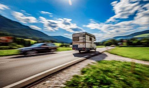 Mange er ute i sommertrafikken, og da gjerne på ukjente veistrekninger. Bruk hodet og kjør etter forholdene!