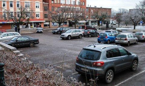 FRITAK: Nå kan alle elbilister juble. Det blir gratis parkering i sentrum.