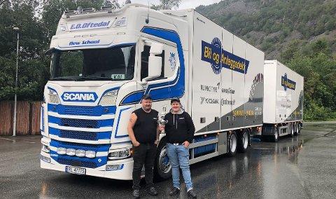 Kai Tore Gåsland og sønnen William poserer med pokalen for det fineste vogntoget. Kåringen fant plass på Jæren truckmeet sitt treff på Skurve.